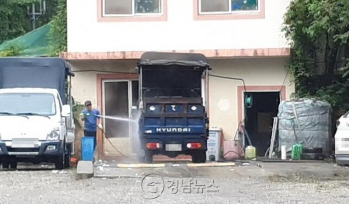 진주 청소업체 차고지 불법세차로 환경오염 '심각'